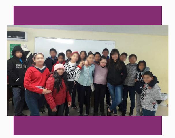17 niños posando para la foto en la secundaria