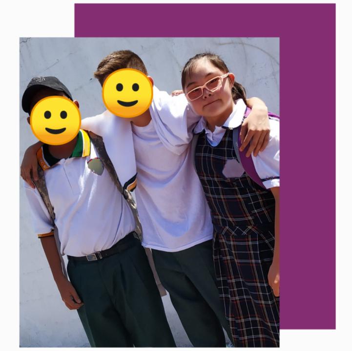 tres amigos de primaria, dos niños y una niña