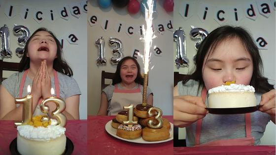 joven consíndrome de Down y su pastel de 13 años en cuartena